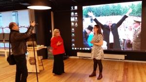 E-Estonia showroomissa Christina ja Peter Forsgård sekä Siret Schutting.